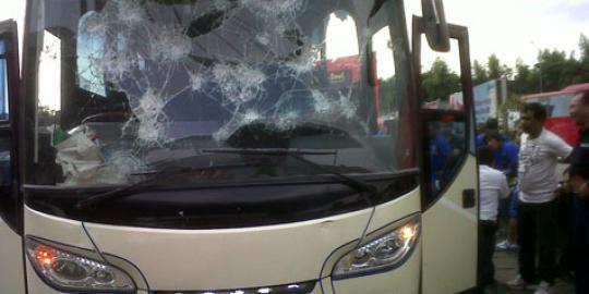 kaca-bus-dilempar-batu-perjalanan-persib-terhambat-20130622164012