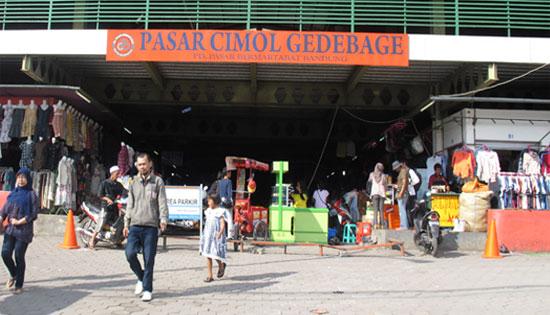 Pasar yang menjual barang-barang bekas ini selalu menjadi buruan Wargi  Bandung dan juga wisatawan dari luar kota. Meskipun barang bekas 50b4405648