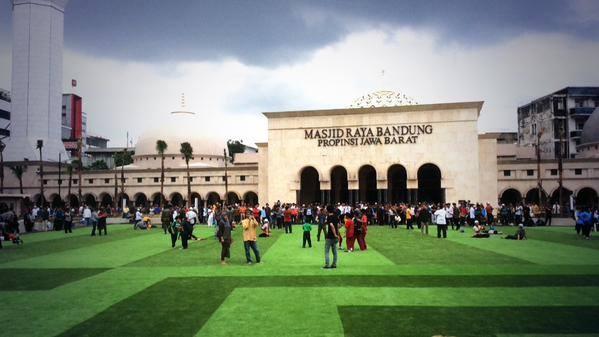 Hasil gambar untuk masjid agung alun alun bandung