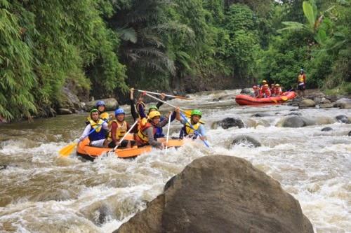 Tempat-Outbound-di-Bandung-yang-Murah-sungai-cisangkuy