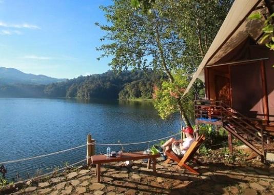 Kapal Layar Terdampar Di Glamping Lakeside Resort Rancabali